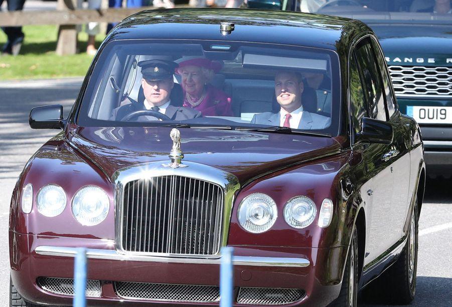 Елизавета II, Уильям, Кейт Миддлтон и другие прибыли на воскресную службу в Балморале