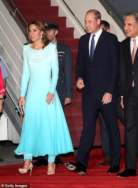 Принц Уильям и Кейт Миддлтон сошли с самолета после прилета в Пакистан