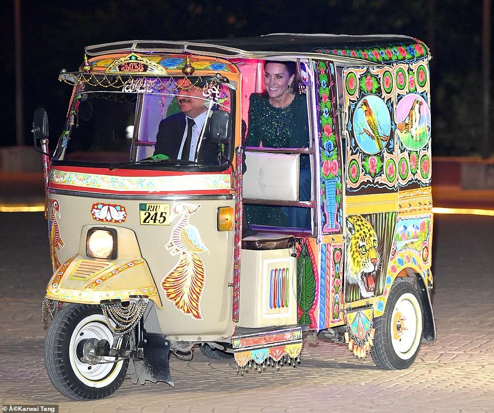Принц Уильям и Кейт Миддлтон в стильных нарядах на приеме в Pakistan Monument