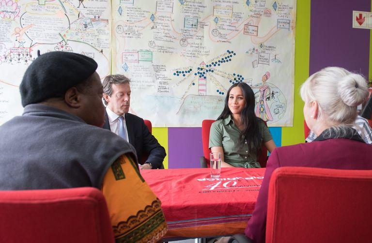 Меган Маркл в зеленом платье посетила школу в Йоханнесбурге