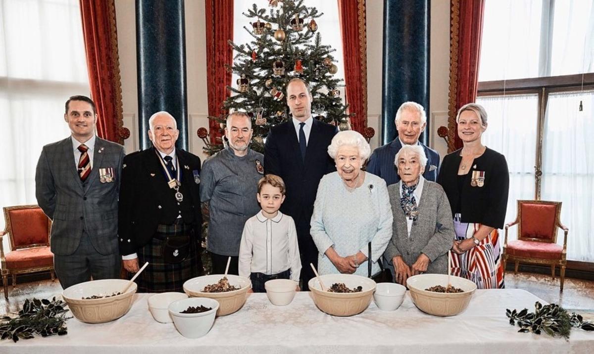 Принц Джордж с Уильямом, Чарльзом и Елизаветой II приготовил рождественский пудинг
