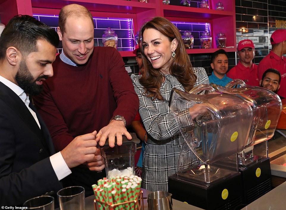 Принц Уильям и Кейт Миддлтон приготовили коктейль в ресторане MyLahore