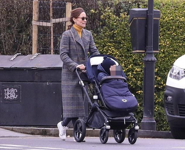 Сестра Кейт Миддлтон появилась на прогулке в длинном клетчатом пальто