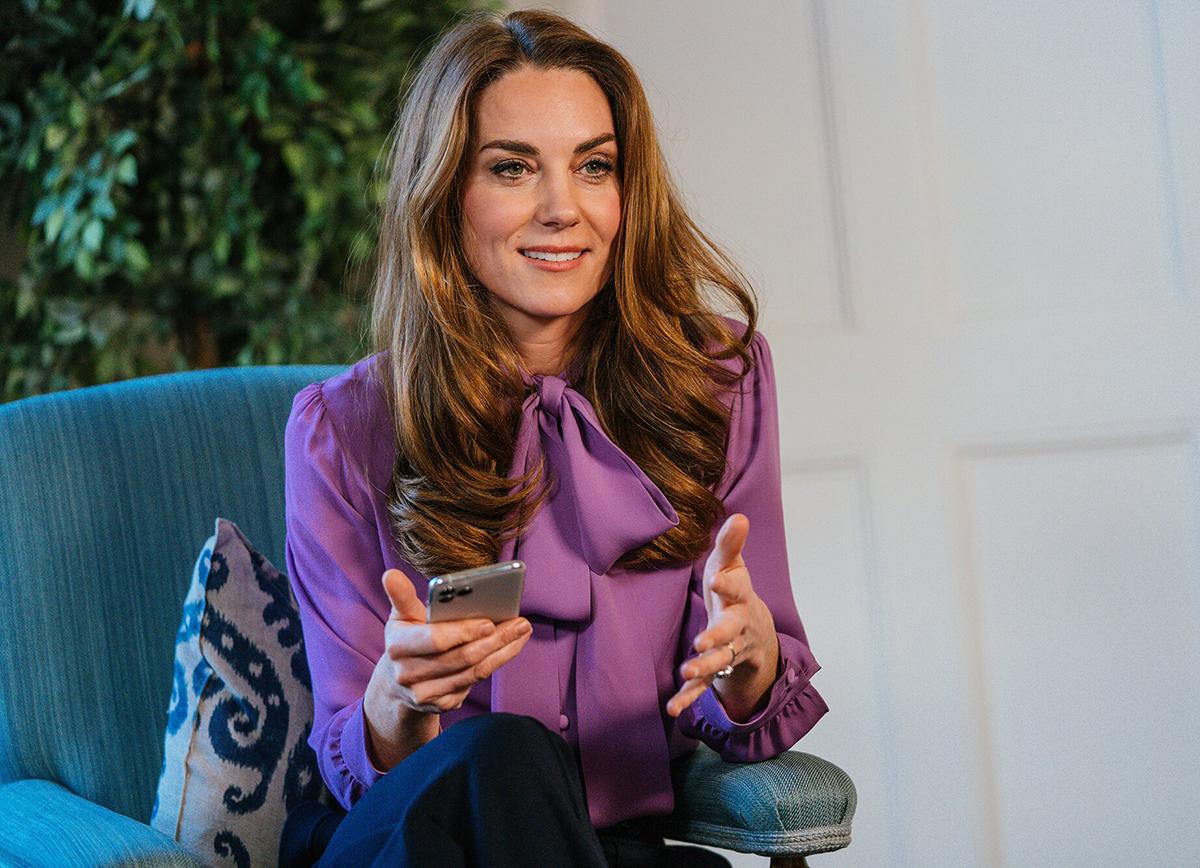 Кейт Миддлтон в старой блузке от Gucci ответила на вопросы в рамках своего проекта «5 Big Questions»