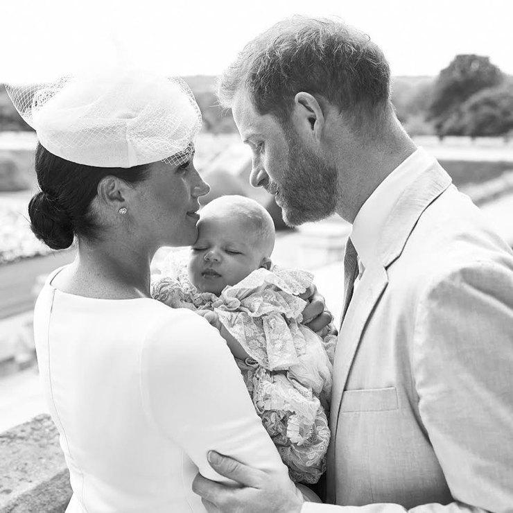 Букингемский дворец не имеет никакого отношения к внесению поправки в свидетельство о рождении Арчи: принц Гарри и Меган Маркл оказались в затруднительном положении