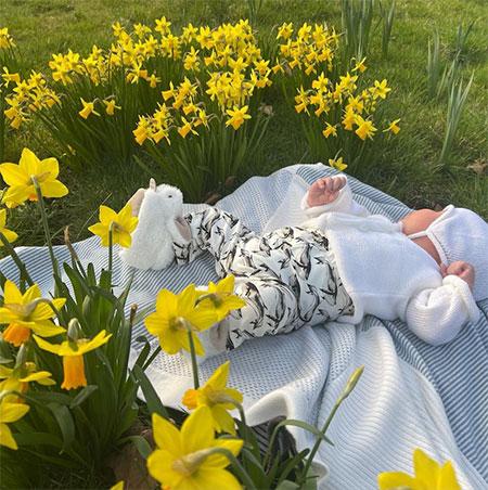 Принцесса Евгения поделилась новым снимком сына в День матери