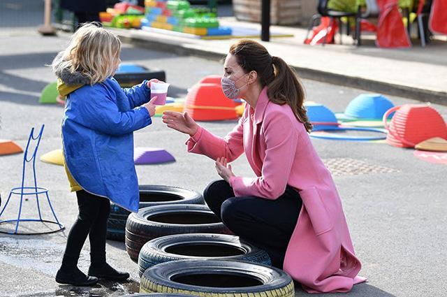 Принц Уильям и Кейт Миддлтон посетили учебное заведение для продвижения детской программы + ответы герцога о брате и расизме в семье