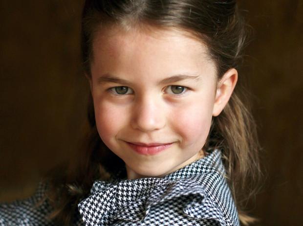 Принц Уильям и Кейт Миддлтон представили новый портрет принцессы Шарлотты по случаю её дня рождения