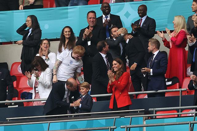 Принц Уильям и Кейт Миддлтон вместе со старшим сыном посетили матч Чемпионата Европы по футболу