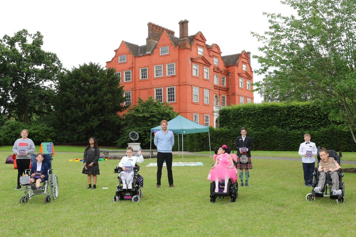 Принц Гарри немного рассказал о дочери во время посещения официального мероприятия в Великобритании