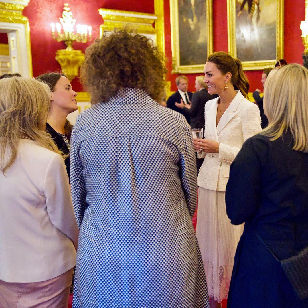 Кейт Миддлтон появилась на встрече Hold Still в стильном кремовом наряде