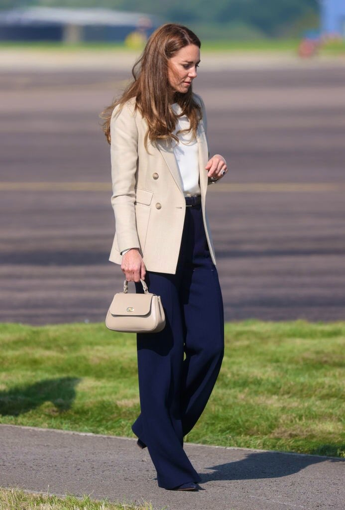 Кейт Миддлтон вышла в свет после перерыва - герцогиня побывала на базе Королевских ВВС