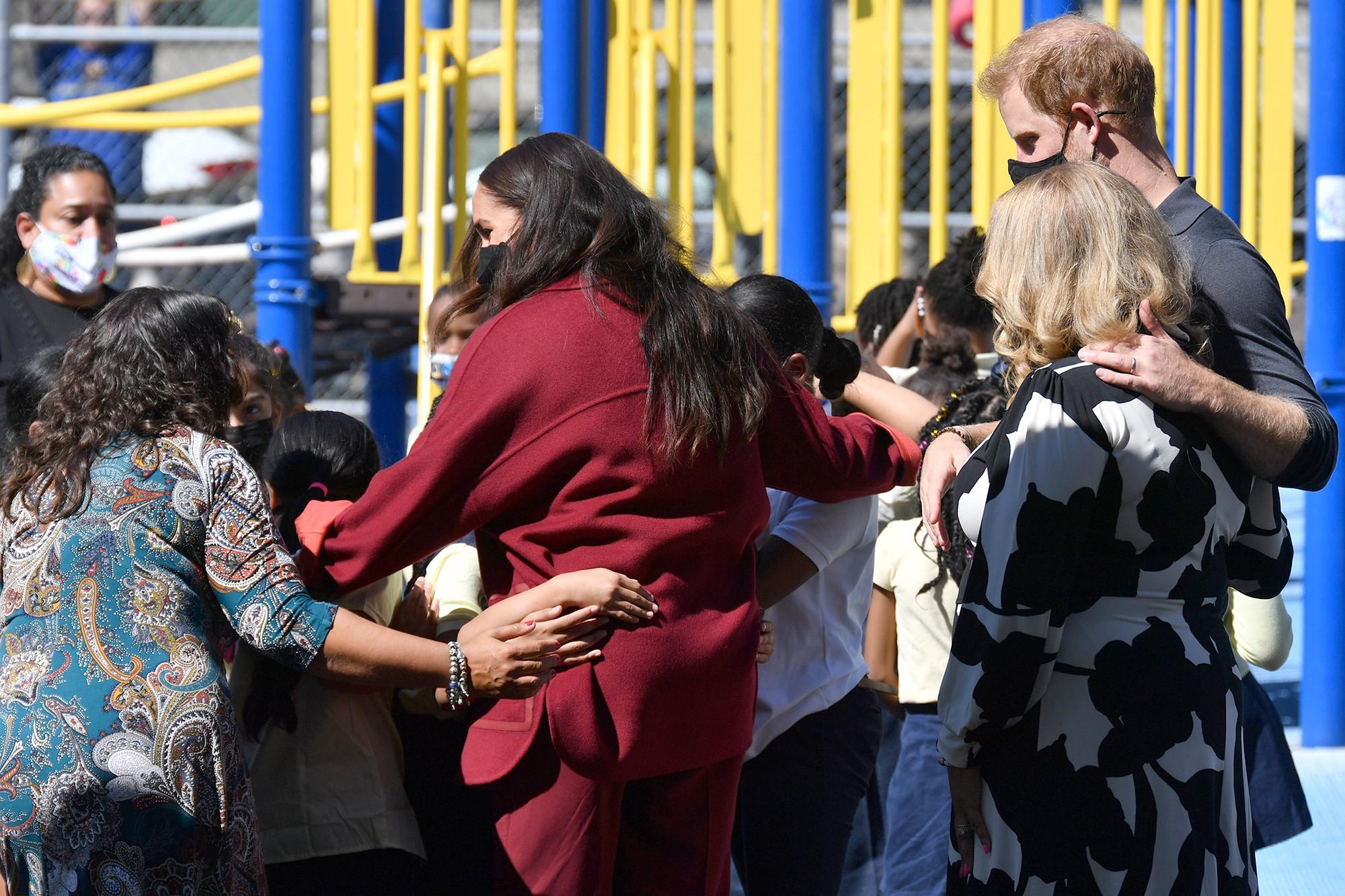 Меган Маркл раскритиковали за роскошный наряд во время визита в школу для бедных